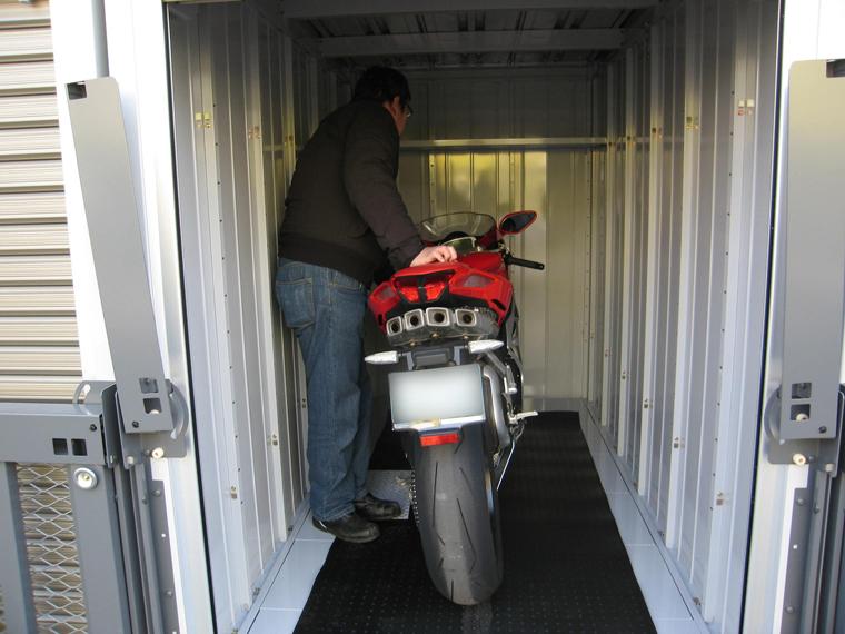 リッターバイクを収納しても、余裕の室内サイズ。 独立した個室ですので、愛車を誰にも触られる事無く、最良の状態で保管できます。